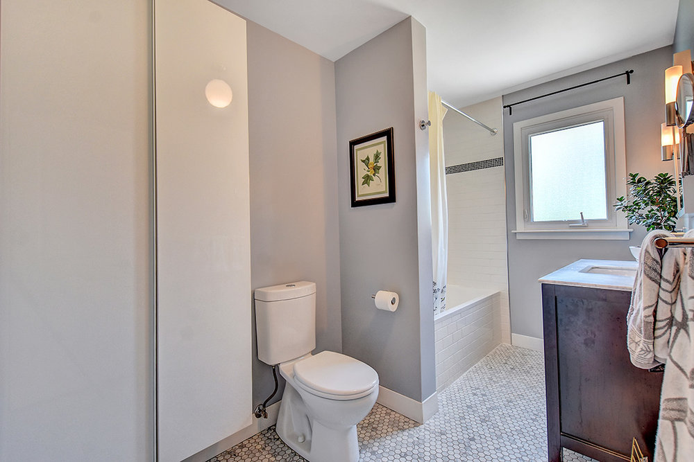 020bathroom1_view1.jpg
