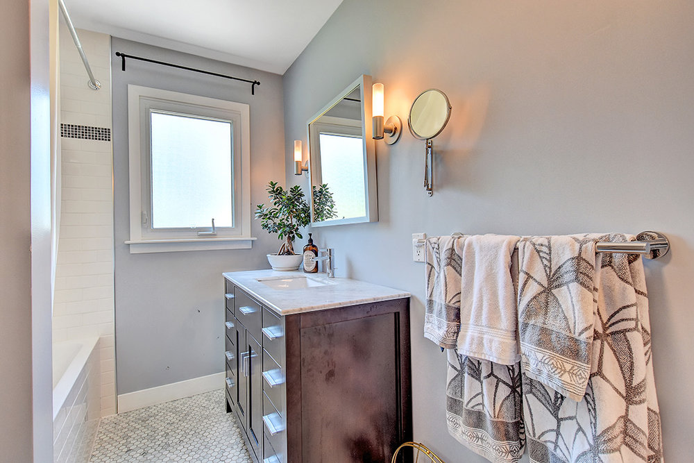 021bathroom1_view2.jpg