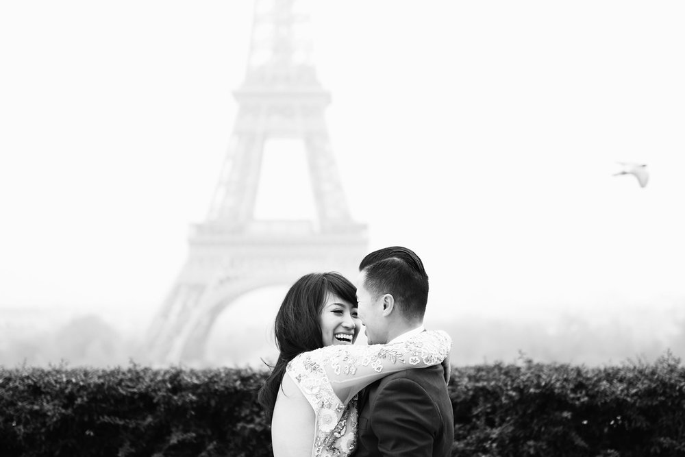 008-lovers-laughing-in-paris-engagement-session-france.jpg