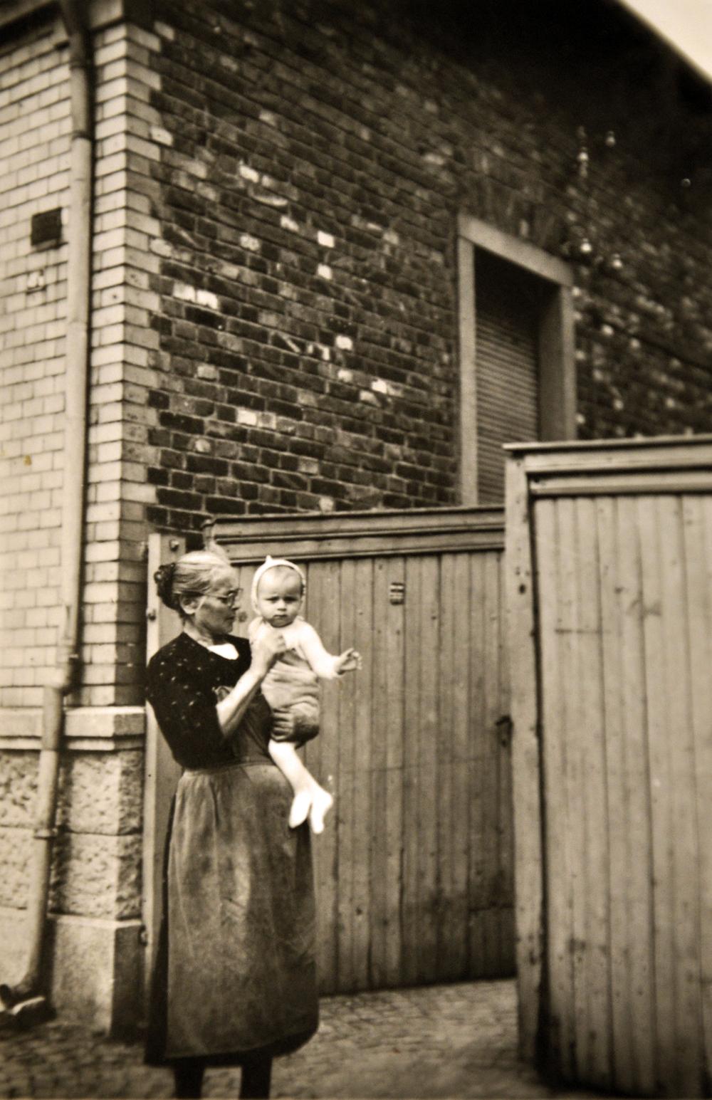 Norbert Winter mit Oma Einfahrt Vorderhaus 1945.jpg
