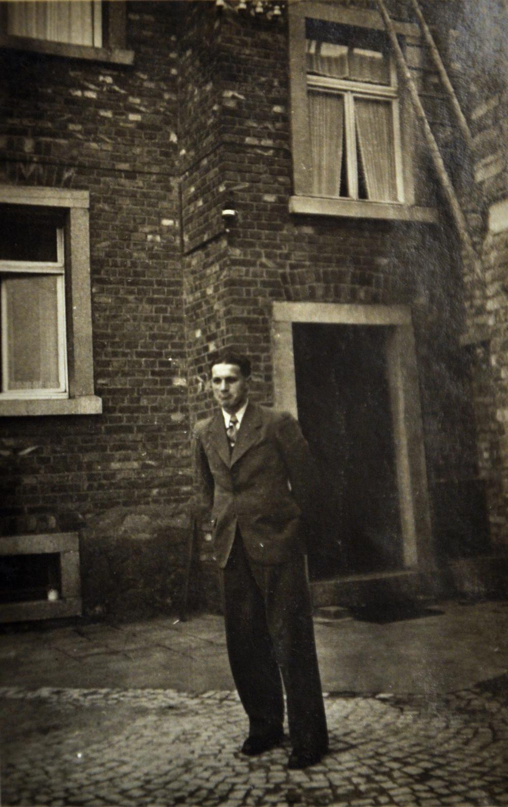 Junger Mann Vorderhaus Eingang - Urlaub 1943.jpg