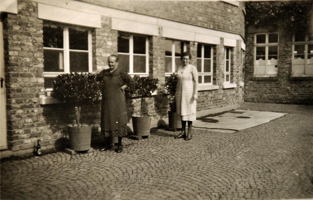 Zwischengebäude mit 2 Arbeiterinnen.jpg