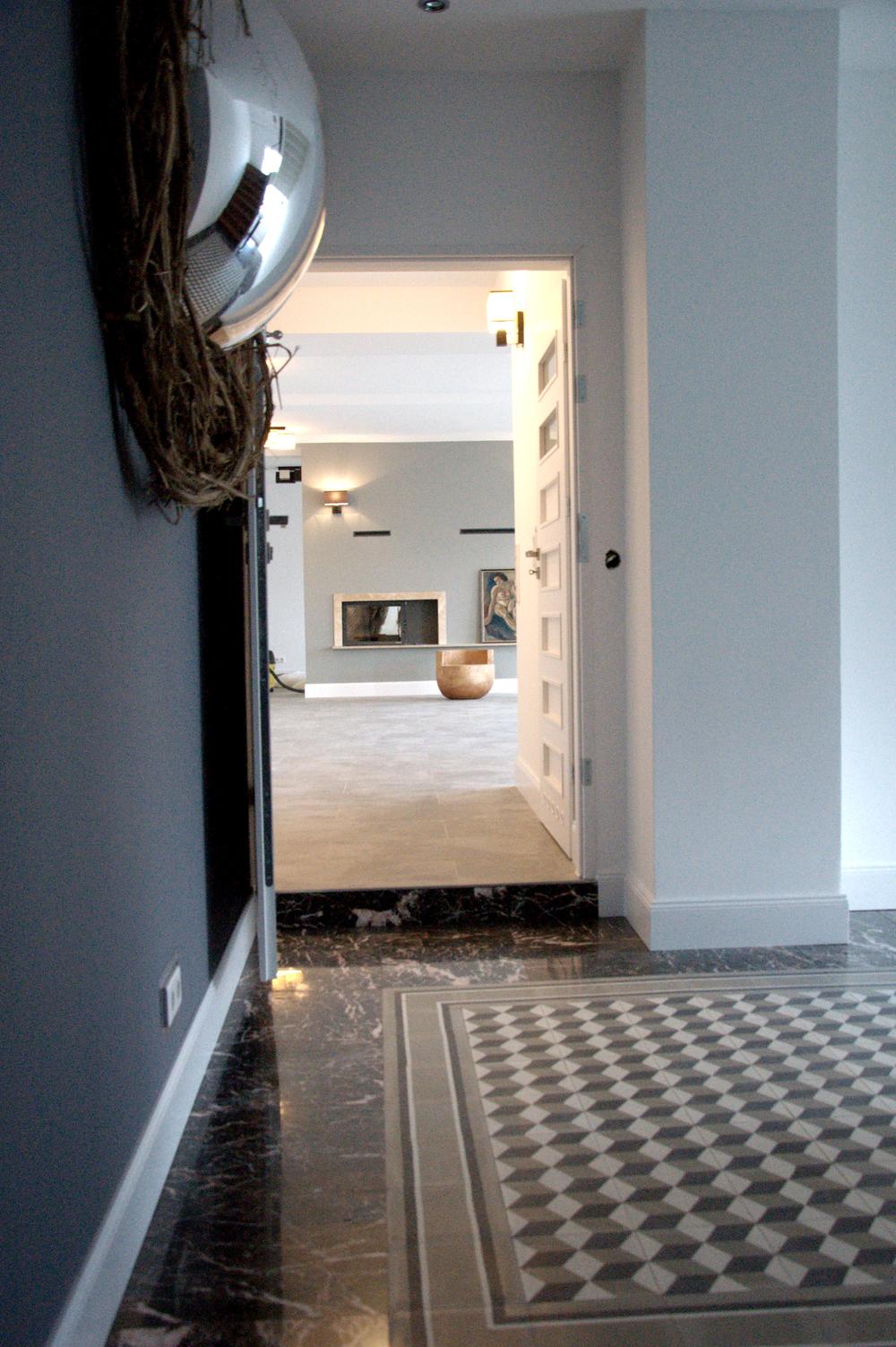 Eingang zum Design Loft mit Zementfliesen und Marmor