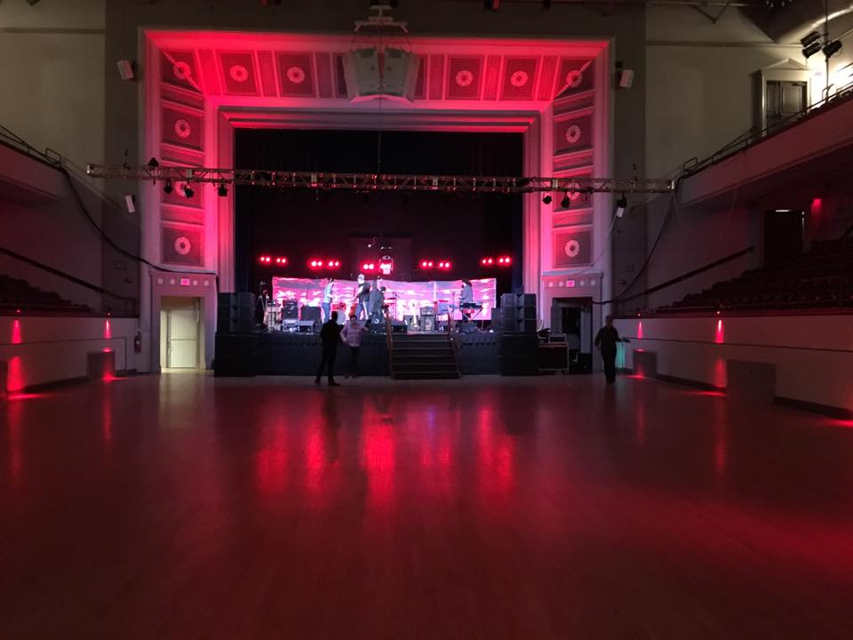 This concert at Plymouth Memorial Hall was lit with 72 completely wireless fixtures. Additional light was added throughout the event space to bring the audience onto the stage with the performers.