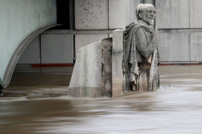 """""""Crowds Are Out, Crates Are In as Louvre Takes Flood Precautions (VIDEO)"""""""