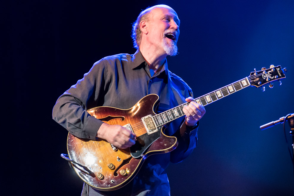 John Scofield AO Gear: Super Sarge & 1x12 Cab American jazz-rock guitarist and composer John Scofield has defined the genre and has also played and collaborated with Miles Davis, Herbie Hancock, John Mayer, Dave Liebman and many other well-known artists.