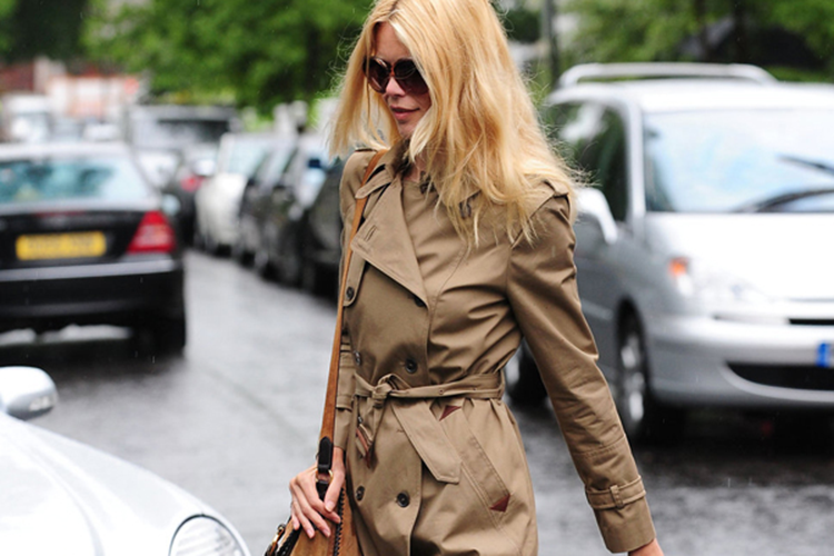 claudia_schiffer_flared_jeans