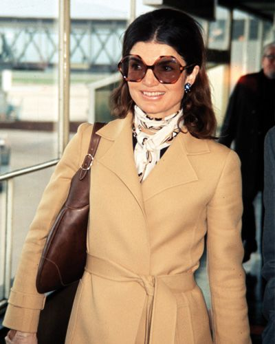 Jackie Onassis Iconic 70s style - trench, Gucci Hobo