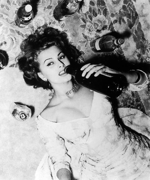 Sophia Loren drnking wine