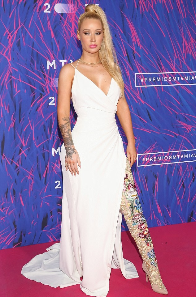 4119362800000578-4572076-Fancy_Before_performing_Iggy_dazzled_the_red_carpet_in_a_white_d-m-35_1496624304101.jpg