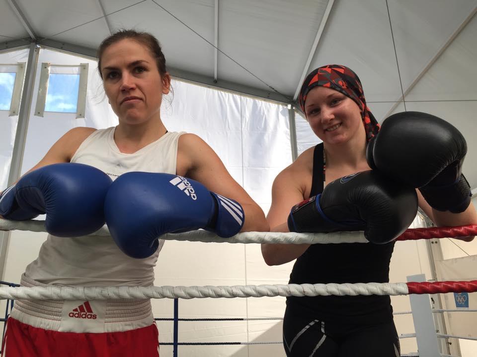 Lucy ( höger ) tränade och sparrademed Lise den första veckan.