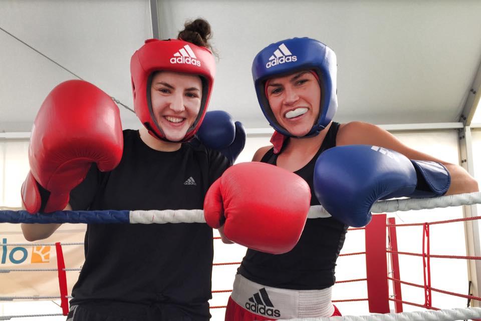 Mia ( vänster ) tränadeoch sparrade den andra veckan och Lise var inne på sin andra vecka.