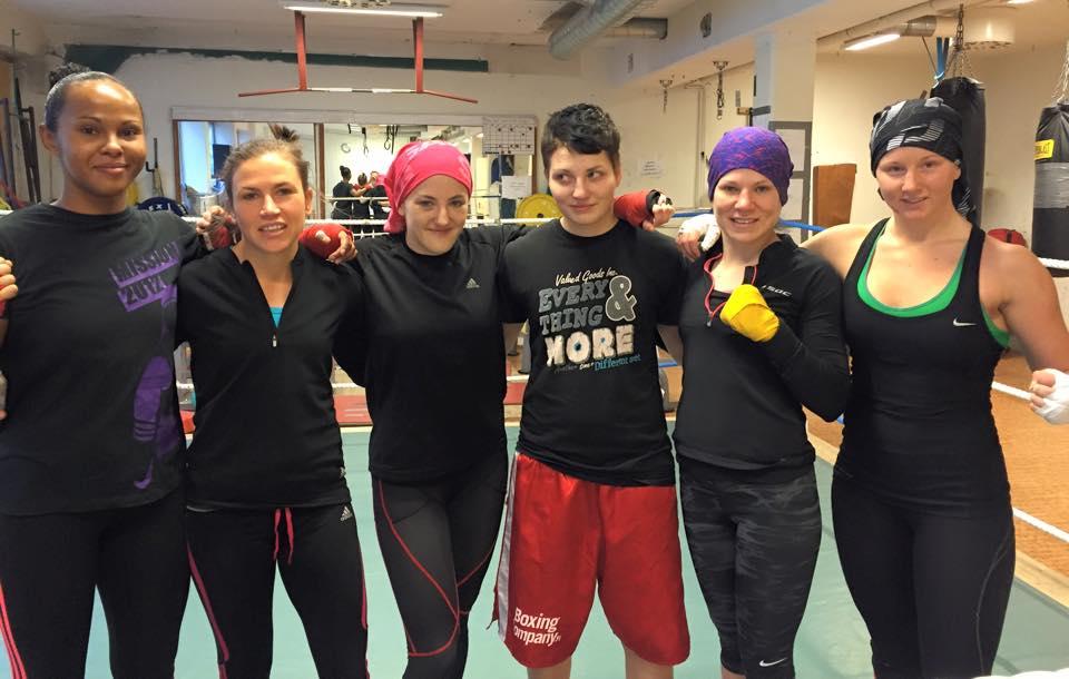 Från vänster : 54-57 kg Fadma Ali Team Perkele , Lise Sandebjer 48-51 kg Team Perkele , Mia Bromander 51-54 kg Team Perkele , Cecilia Nilsson 57 kg Team Finland , Satu Lehtonen 51 kg Team Finland och Lucy Wildheart 60 kg Team Perkele.