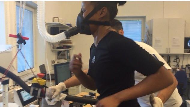 Fadma gör sitt VO2MAX testet så att Teamet kan justera tränings intensiteten och analysera effekten.