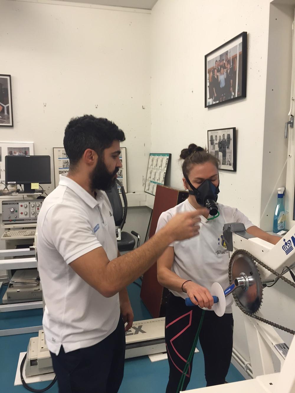 Testledare Juan Alonso justerar Lises mask före testet.