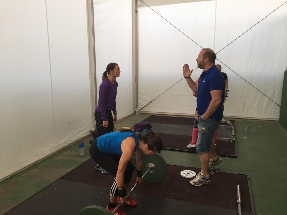 Rickard Nilsson ge råd i styrketräning , här är vi Fuertoventura i tränings läger .