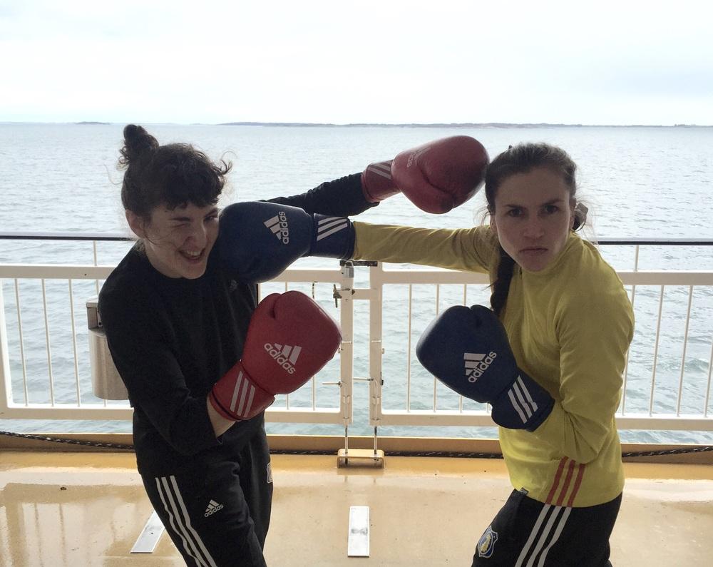 """Mia och Lise kör """"boatboxning"""""""