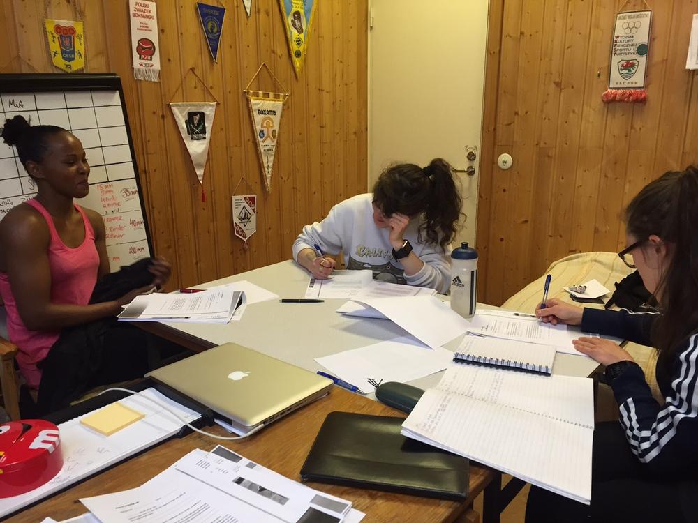 """Fadma , Mia och Lise på """" skolbänken """" , vi kartlägger våran mentala träningen."""