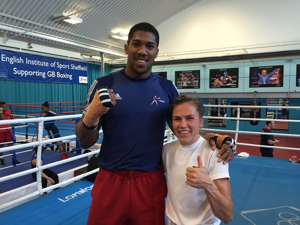 OS London 2012 super tungviktaren Guld Medalisten Anthony Joshua och våran Lise hade roligt när vi ville ha bild med honom . Trevlig grabbe !