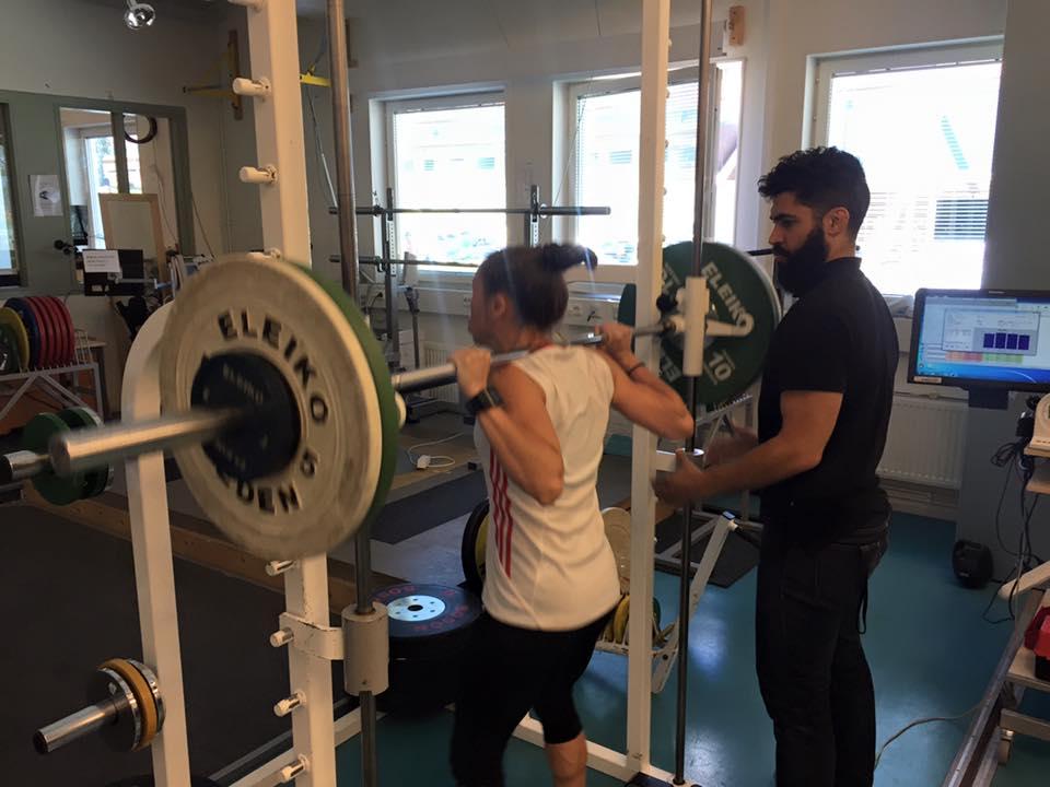 Tester i maxstyrka är enviktig del av teamets utveckling . Lise väger 49 kg och knäböjer mellan 85-90 kg.