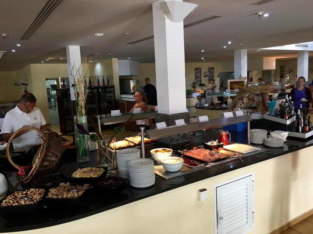Playitas har frukost , lunch och middag buffé så att det är ingen problem att komma upp 4000 kalori / dag