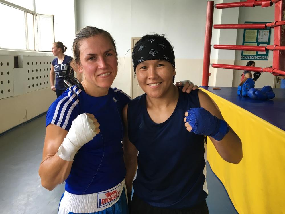 """Lycka till  Zhaina Shekerbekova , som representerar Kazastan i 51 kg . Hon tog brons i VM och var tuff sparring för Lise i tränings läger. Samtidigt är det bra komma ihåg att det fanns inga """" lätta """" tjejer här , alla ca 4-5 tjejer som Lise sparrare var alla skickliga. Tusen tack allihopa !"""