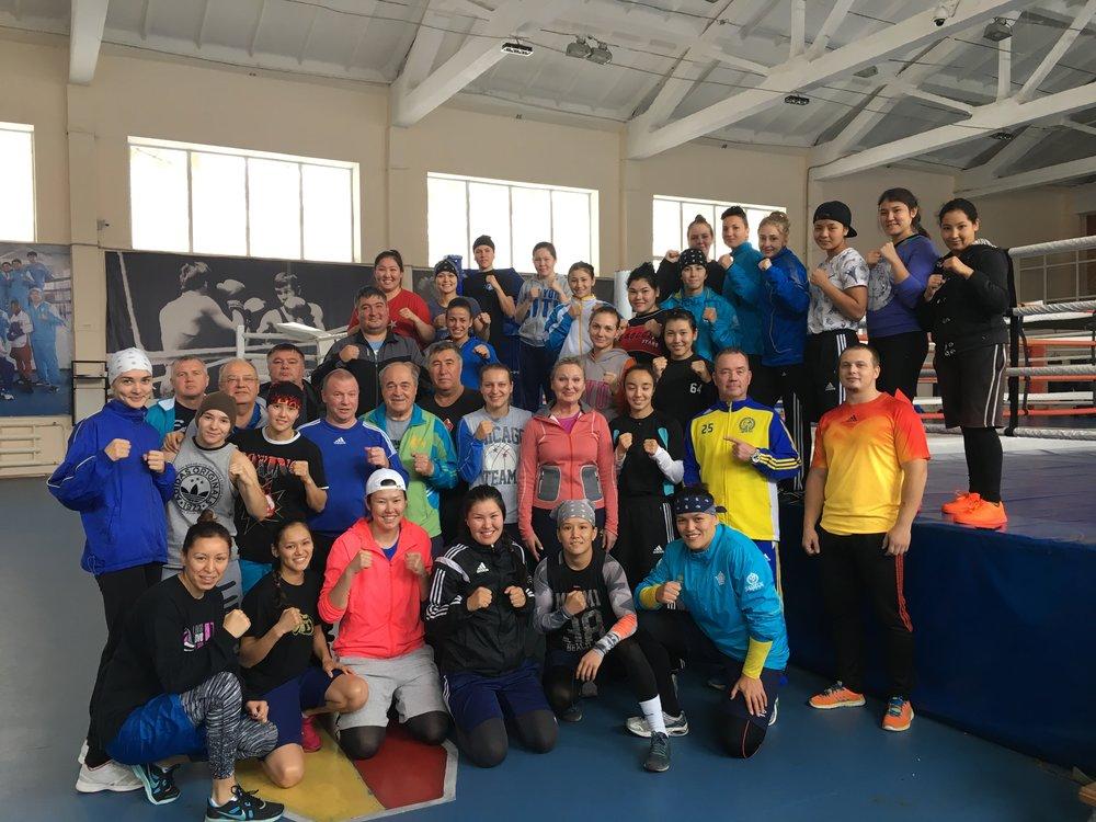 Det var över 30 senior tjejer och att dom har 3 regerande världsmästare 48 kg , 54 kg och 69 kg här samma läger talar mycket vilken nivå boxning är här.