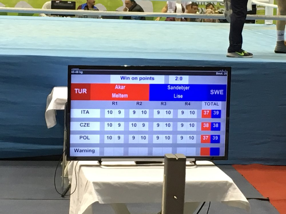 En domare gav två ronder vardera medan övriga domare ansåg att Lise tog över och vann de tre sista ronderna.