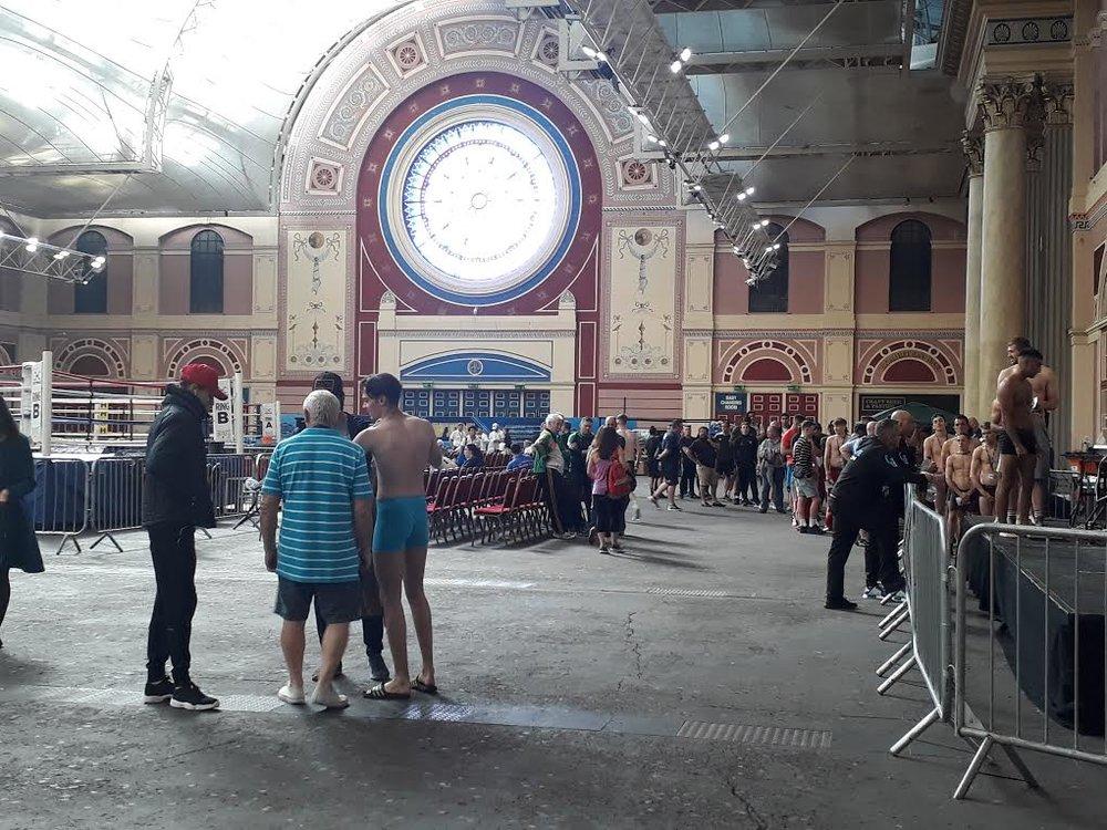 Många hungriga boxare som väntar på att vägas in.