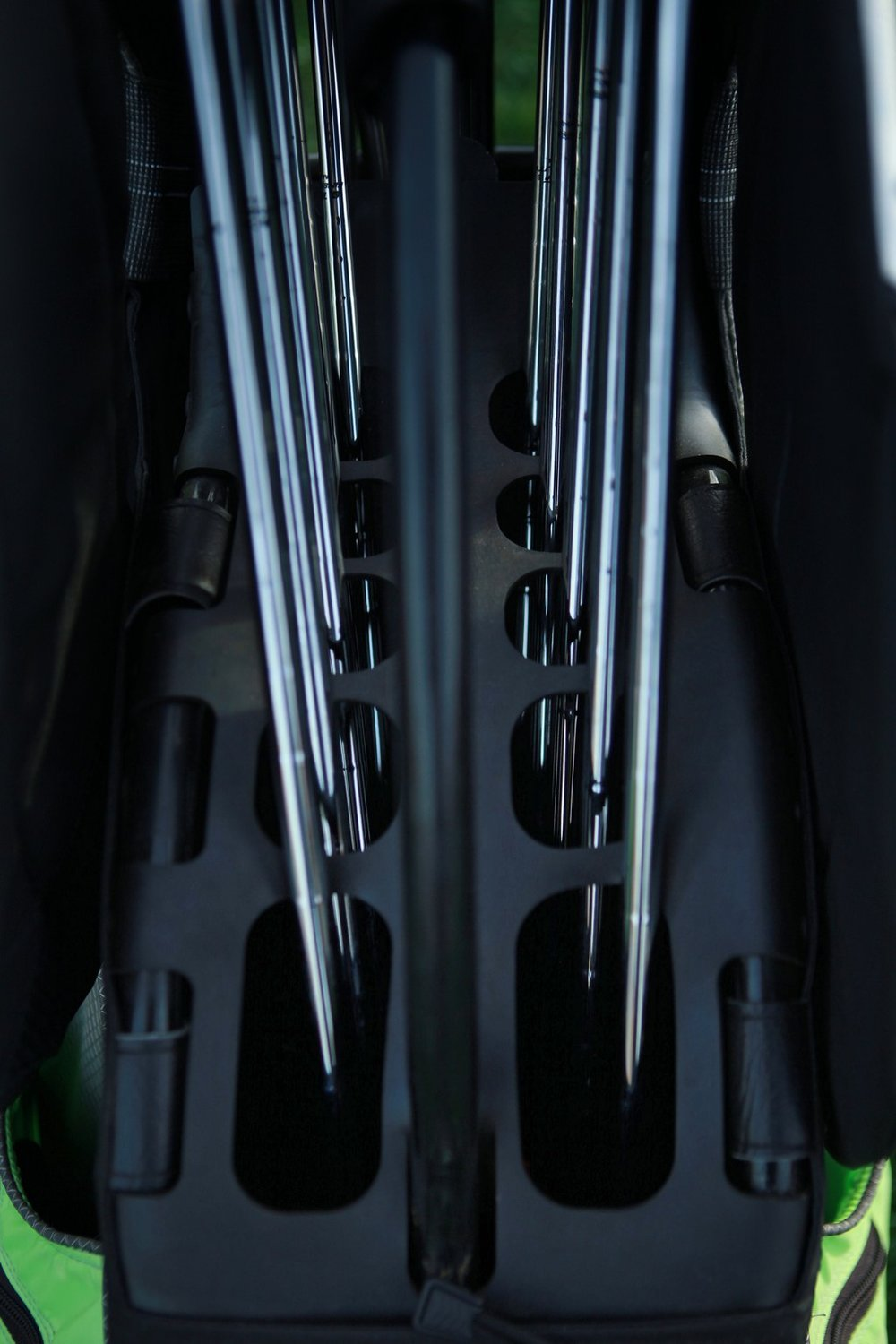 ORGANIZE.  Soft rubber shaft guide keeps club handles separated.