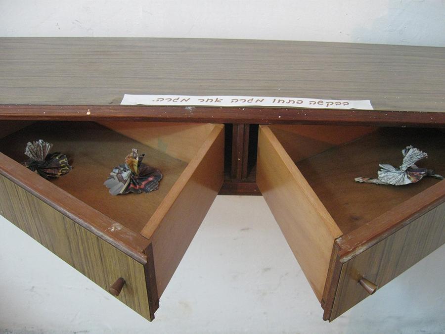 15x28x120cm  עץ, מתכת ונייר עיתון  Wood, metal and paper