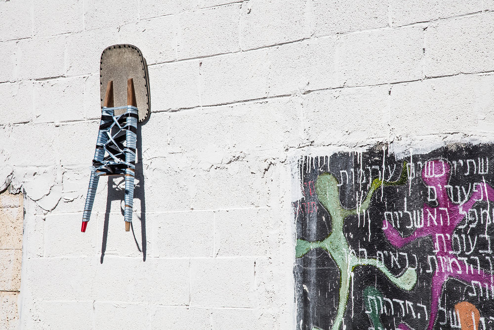84x32x4cm  גב כיסא מחוך - 2016  ויניל, עץ, מסמרים וחוטי כותנה    Chair back corset  Vinyl, Wood, Nails and Cotton yarn