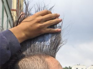 A punk rocker in Bogota puts up his mohawk with Jabon Rey (Photo: Plaza Capital)