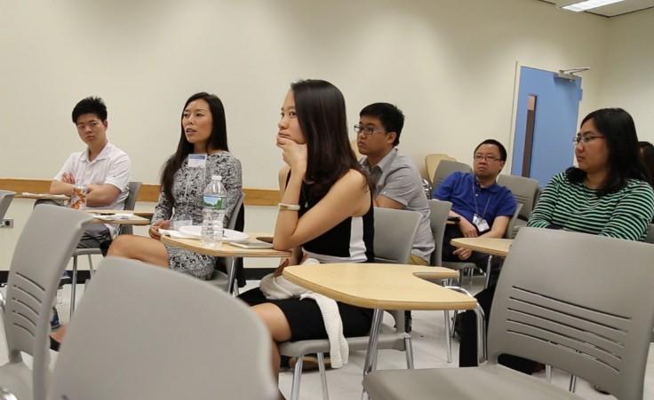 台下观众正与与会中美医生交流意见。