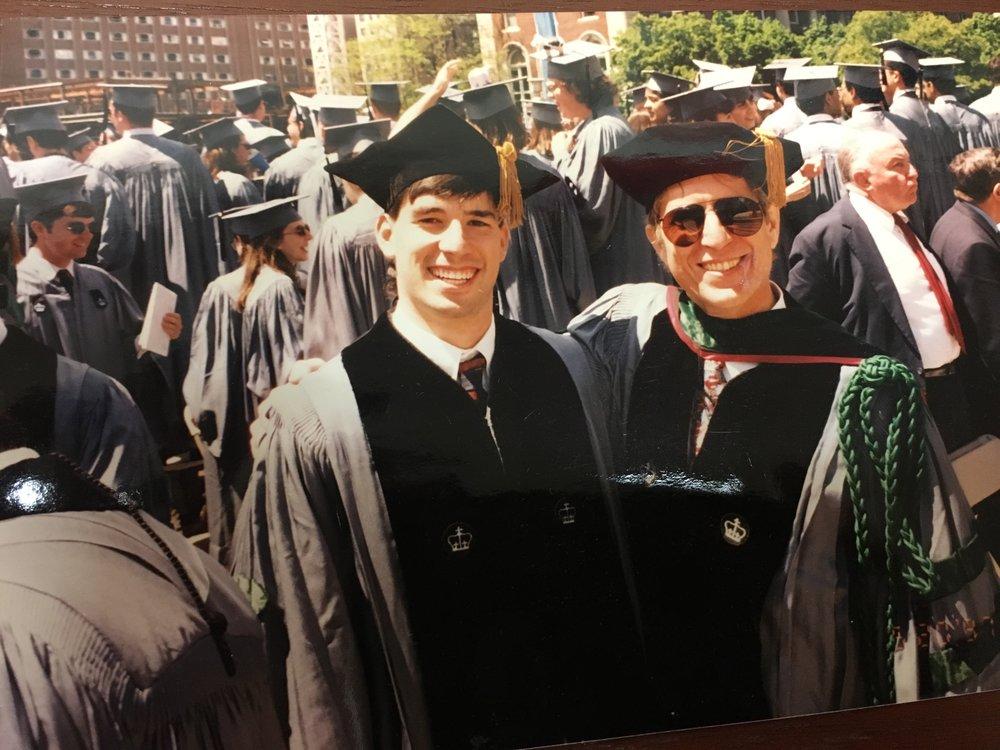 一张老照片:我和我的大儿子Benjamin在他的哥伦比亚大学博士毕业典礼上。我们可是真正的校友!那天我也穿上了我的毕业袍,戴上了博士帽,以医学院教授的身份坐在主席台上。从医学院毕业后,他也选择成为了一名小儿骨科大夫,现在与我在同一个科室里工作。