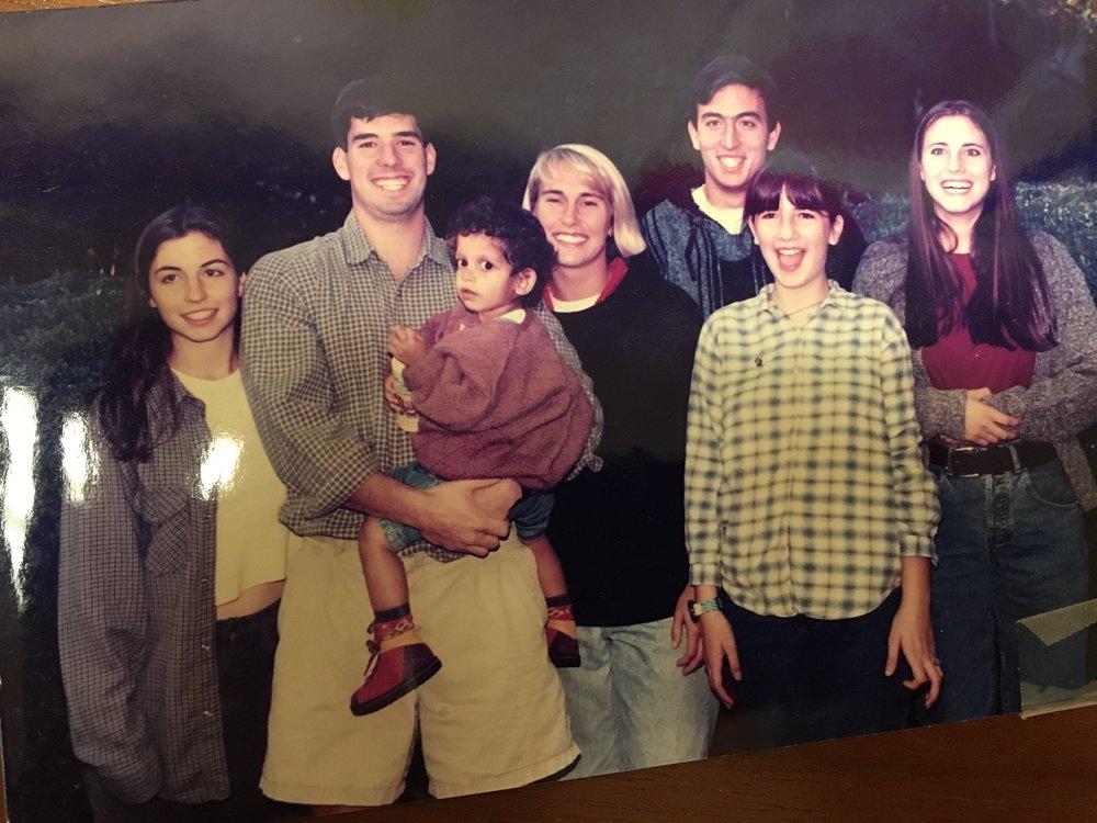 另一张老照片:我的孩子们。拍摄这张照片时,我的大儿子Benjamin(左二)已经从医学院毕业且成家了,他左手边站着的就是他的爱人;而我最小的女儿Elena(在怀里抱着的)甚至还没到上学的年纪。