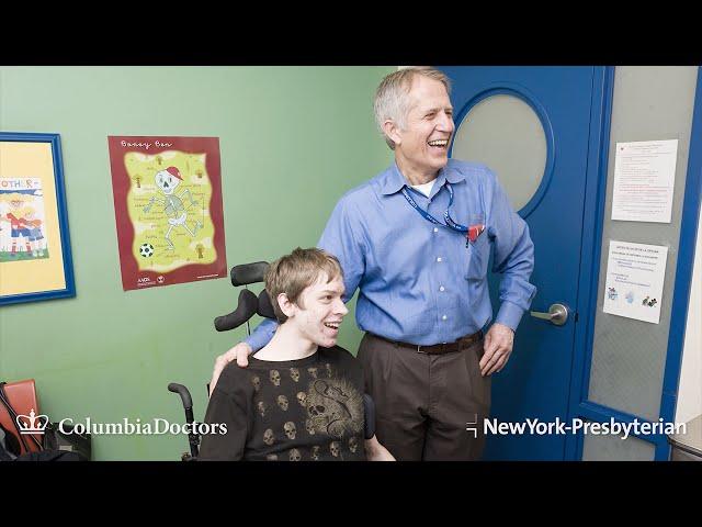 ▲照片摄于纽约长老会医院内,我和我的一位脑瘫病人在一起。