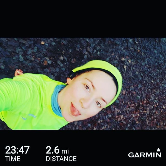 Halfway through this morning's run. Taking it pretty eeeeeasy. Classic Janelle on in the phones ❤🖤❤ • • #londonmarathontraining  #londonmarathon #virginglondonmarathon2019 #garmin #run #vivoactive3  #london