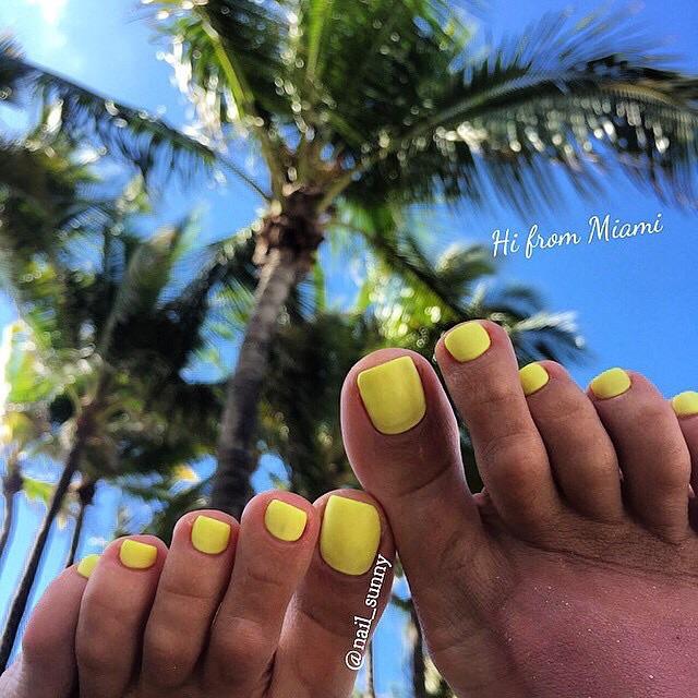 Кистолный желтый на ногах в матовом топе