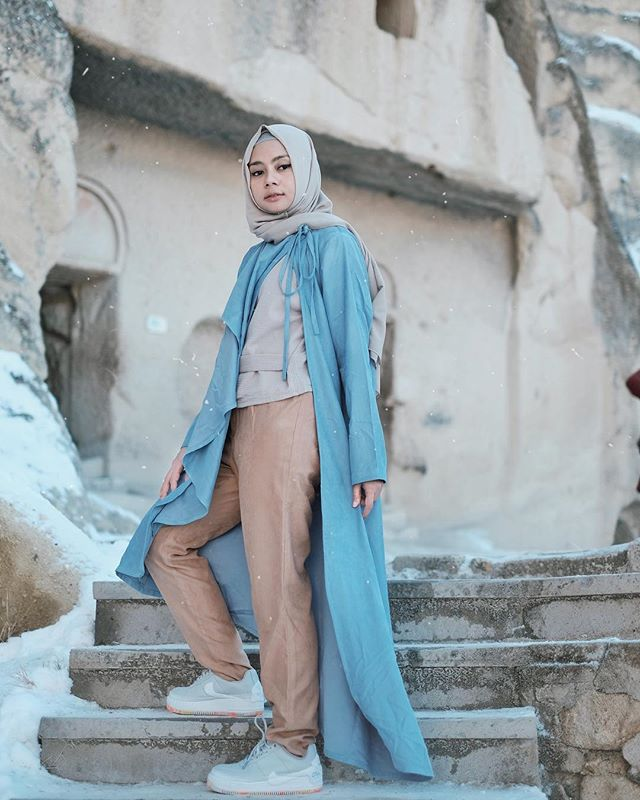 Perfect match blue and brown by @dailydarling 💙🍂 #dailytinaturkey #hijabfashion #hijabstyle