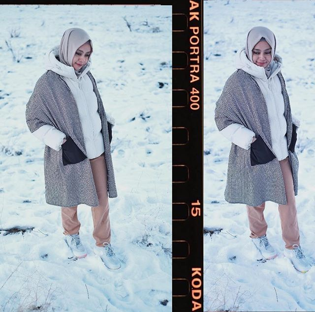 Syal by @dailydarling 🖤 Lagi jalan2 di tempat wisata ini, ga sengaja lihat ada yang lagi foto pre-wedding. Ternyata disini ada spot yg sering dipakai untuk foto pre-wedding. Karena hamparan luas salju disini yang serasi dg baju pengantin yg serba putih👰🏻✨ . Walaupun ga pakai baju yg serba putih, kutetap foto disini dums! Ga menyiakan2 lihat spot foto se gemes ini❄️😍#dailytinaturkey #turkey #hijabfashion #hijabstyle