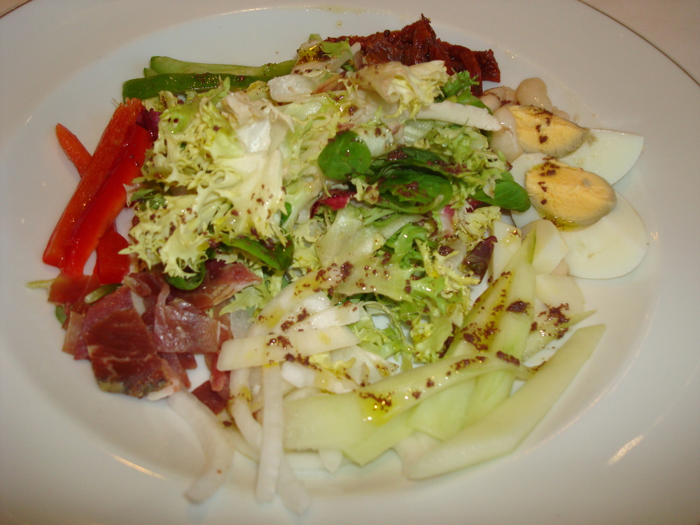 Salad with ham, sun-dried tomatoes, egg, and peppers