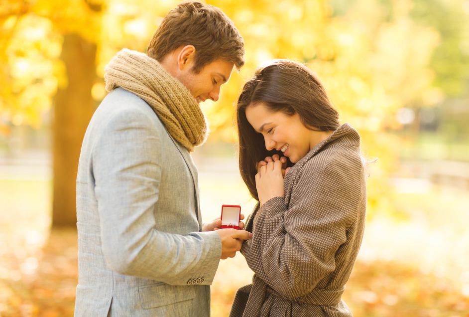 photodune-5955006-man-proposing-to-a-woman-in-the-autumn-park-s.jpg