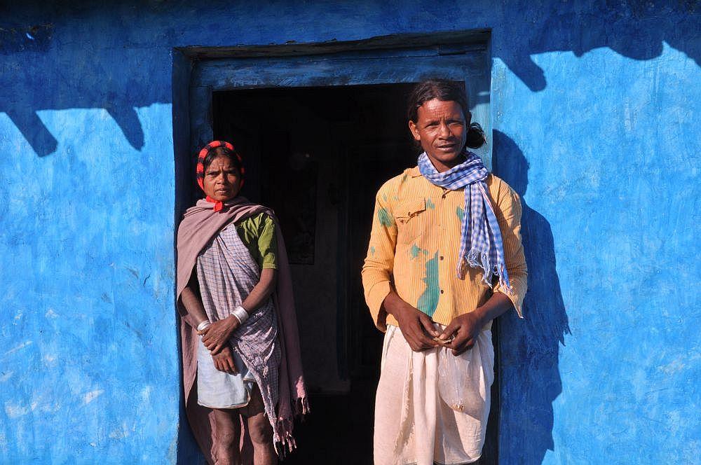 Ein Ehepaar vor ihrem gemeinsamen Haus