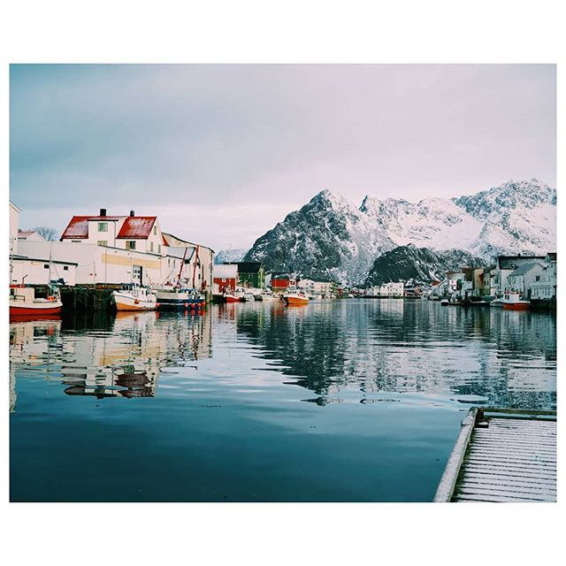 • One year almost to the day & I find myself back in Henningsvaer leading the very first @momenttravel tours. It's been an amazing experience so far with a fantastic group of photographers out with me! So excited to share more from this epic trip, introduce you to everyone & get you stoked on the Norwegian winter vibes! • . . . . . . . . . . #bealpha #sonyalpha #stayandwander #teampixel #momenttravel #flynorwegian #visitnorway #henningsvær #eclecticshotz #folkscenery #zeiss35mm14 #vsco #sonyalphapro