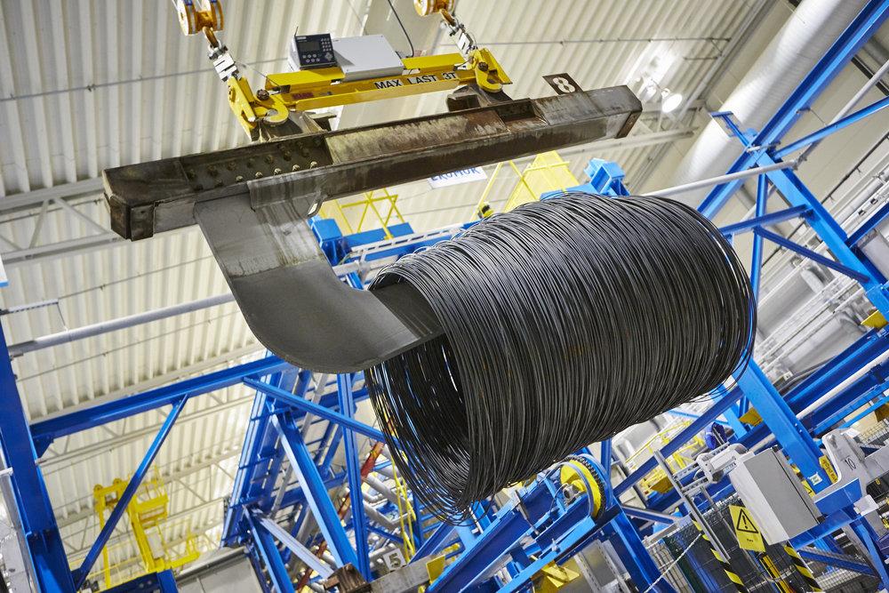 Valsad tråd på väg att betas i den automatiska betningsanläggningen. AB Sandvik Materials Technology. Fotografi av Pia & Hans Nordlander, Bildn