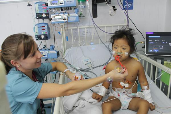 Die fünfjährige Tiana Vera nach der erfolgreich durchgeführten Operation durch unseren Projektpartner ICHF.