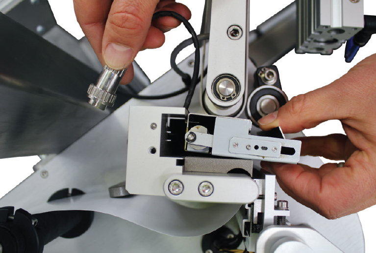 The label cutter can be removed for maintenance without tools.The operator can do it, the label ready state does not even need to be interrupted. No downtime is incurred swapping out a cutter module