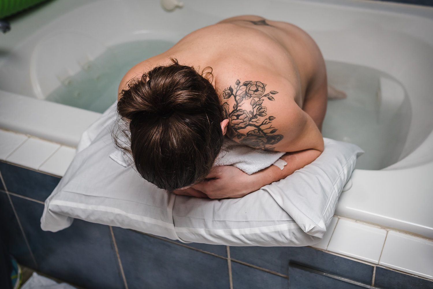 laboring in the tub midwife center birth photography