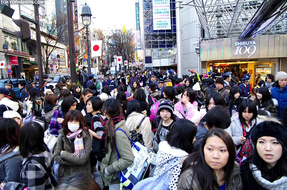 No primeiro dia do ano, jovens se aglomeram na frente da Shibuya 109, tradicional loja de departamento em Tókio.